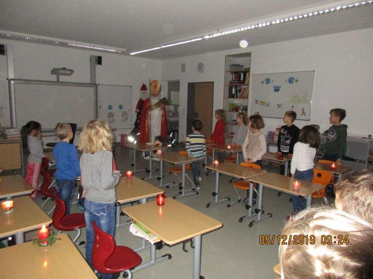 Grossansicht in neuem Fenster: Nikolaus vor der Klasse