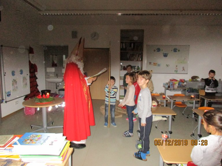 Kinder vor dem Nikolaus
